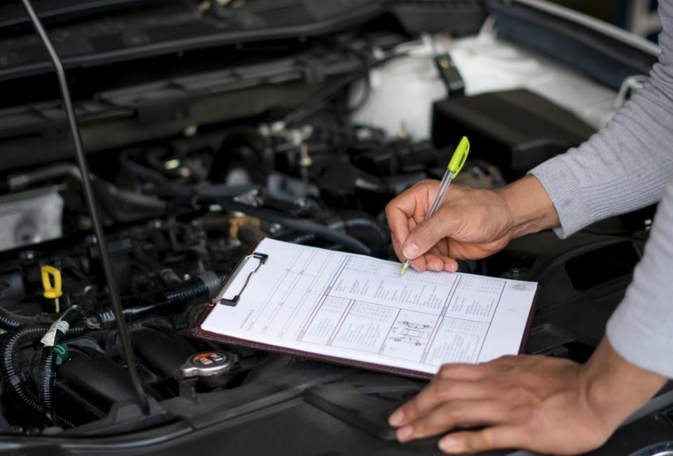 Diagnosta kontrolujący auto